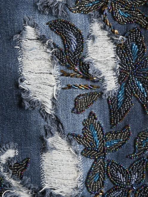Укороченные джинсы с потертостями и вышивкой из бисера - Деталь