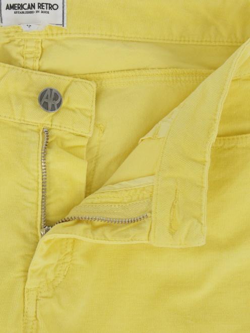 Зауженные брюки из микровельвета - Деталь