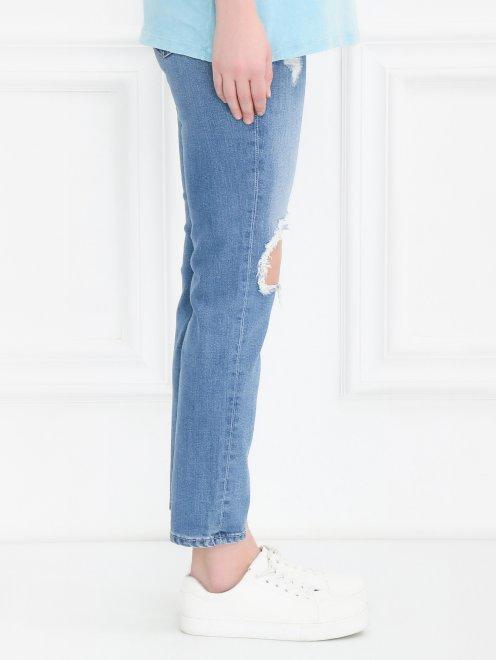 Укороченные джинсы прямого кроя с потертостями - Модель Верх-Низ2