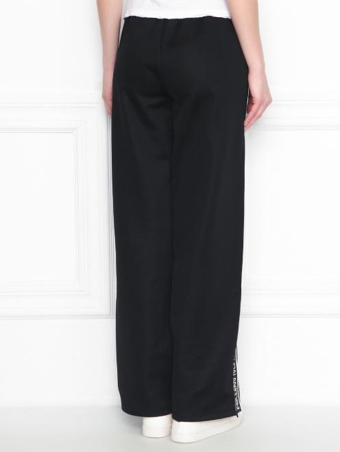 Спортивные брюки на резинке с контрастной отделкой - МодельВерхНиз1