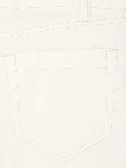 Джинсы прямого кроя с контрастной отстрочкой - Деталь